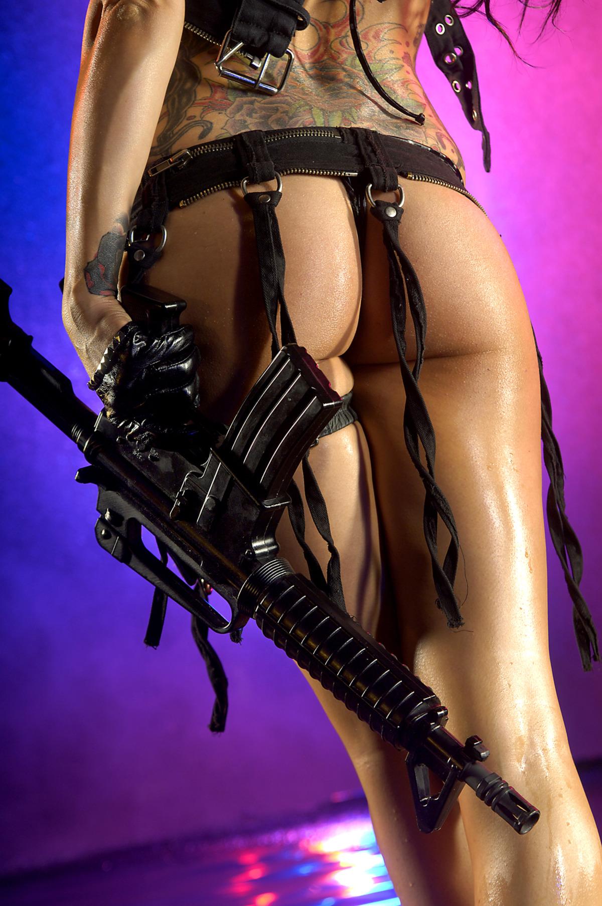 голые сексуальные девушки с оружием голая анна